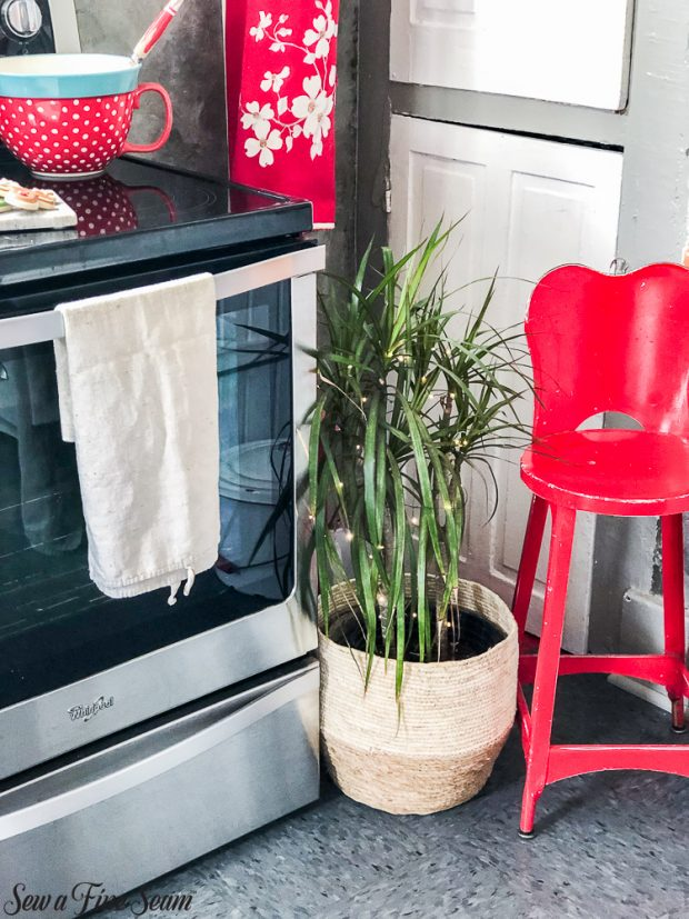 christmas-kitchen-with-plant